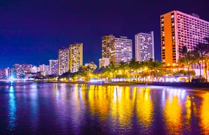 ハワイ ワイキキビーチの夜景の写真素材 [FYI00633156]