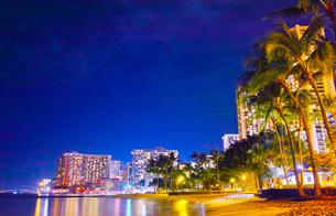 ハワイ ワイキキビーチの夜景の写真素材 [FYI00633158]