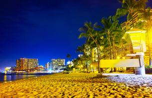 ハワイ ワイキキビーチの夜景の写真素材 [FYI00633159]