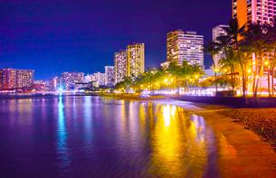 ハワイ ワイキキビーチの夜景の写真素材 [FYI00633160]
