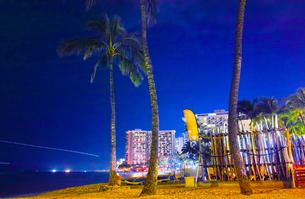 ハワイ ワイキキビーチの夜景の写真素材 [FYI00633164]