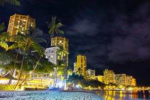 ハワイ ワイキキビーチの夜景の写真素材 [FYI00633172]