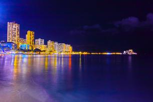 ハワイ ワイキキビーチの夜景の写真素材 [FYI00633173]
