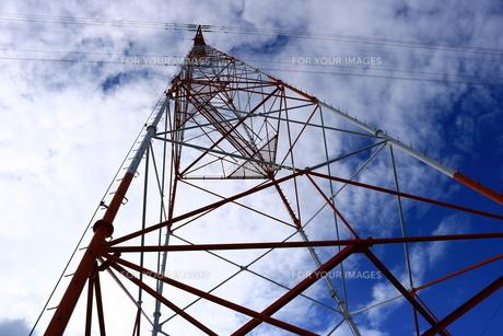 高圧電線の鉄塔の写真素材 [FYI00633184]