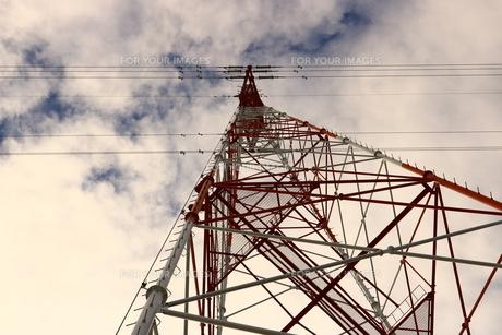 高圧電線の鉄塔の写真素材 [FYI00633185]