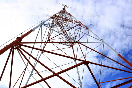 高圧電線の鉄塔の写真素材 [FYI00633186]