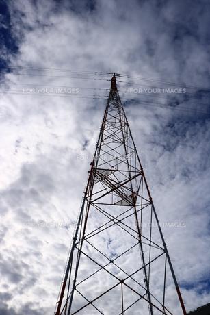 高圧電線の鉄塔の写真素材 [FYI00633187]