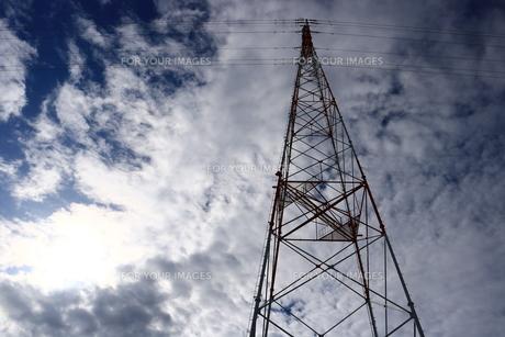 高圧電線の鉄塔の写真素材 [FYI00633189]