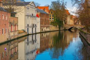 Green canal and bridge in Bruges, Belgiumの写真素材 [FYI00633462]