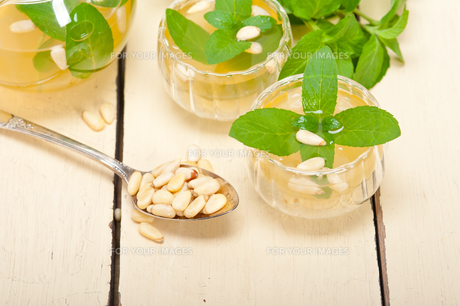 Arab traditional mint and pine nuts teaの素材 [FYI00633472]