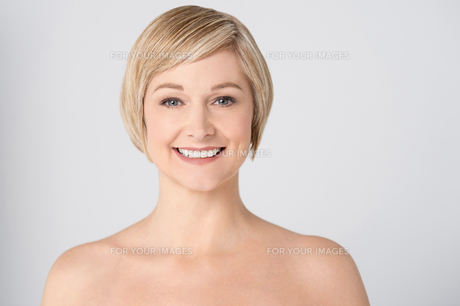 Smiling woman with bare shouldersの写真素材 [FYI00633561]