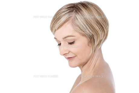 Beautiful woman with bare shouldersの写真素材 [FYI00633565]