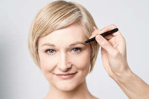 Touch up my eye shadowの写真素材 [FYI00633566]