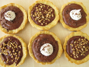 chocolate tartlets and almond tartletsの写真素材 [FYI00633724]