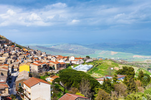 above view of Aidone comune in Sicily in springの素材 [FYI00633741]