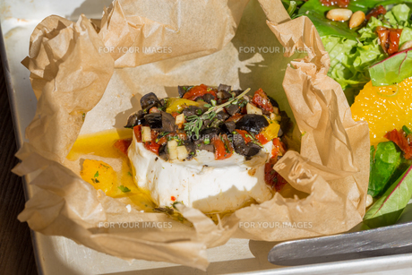 baked goat cheese mediterranean in parchment paperの素材 [FYI00633792]