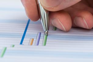 Hand With Pen Over Gantt Diagramの写真素材 [FYI00633967]