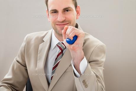 Businessman Squeezing Blue Stressballの写真素材 [FYI00633971]