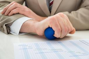 Businessperson Hand With Stressballの素材 [FYI00633976]