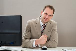 Businessman Using Service Bellの写真素材 [FYI00633978]