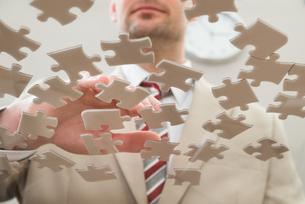 Businessman Separating Puzzleの写真素材 [FYI00633990]