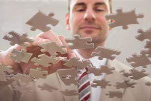 Businessman Separating Puzzleの写真素材 [FYI00633993]