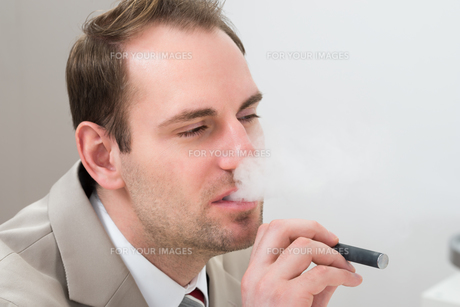 Businessman Smoking Electronic Cigaretteの写真素材 [FYI00634015]
