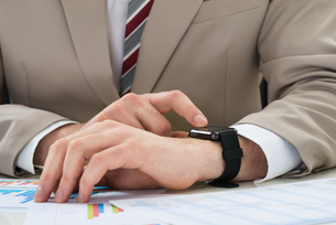 Businessman With Graph And Smartwatchの写真素材 [FYI00634019]