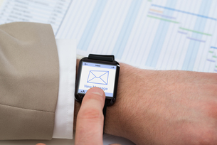 Hand With Smartwatch Showing Unread Messageの写真素材 [FYI00634022]