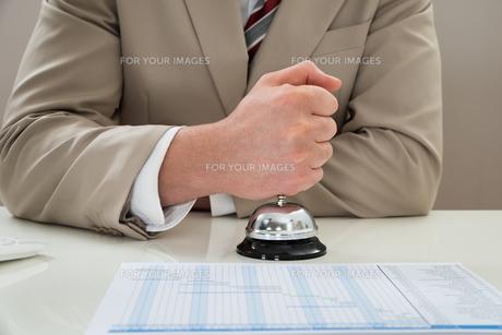 Businessman Ringing Service Bellの写真素材 [FYI00634120]