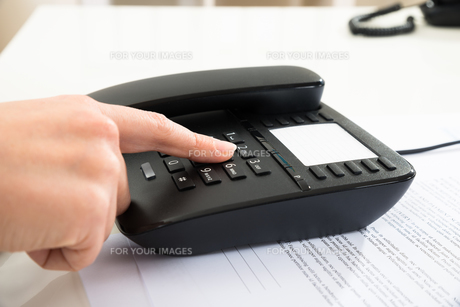 Businessperson Dialing Number On Telephone Keypadの写真素材 [FYI00634184]