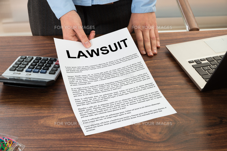 Lawyer Showing The Lawsuit Documentの写真素材 [FYI00634201]