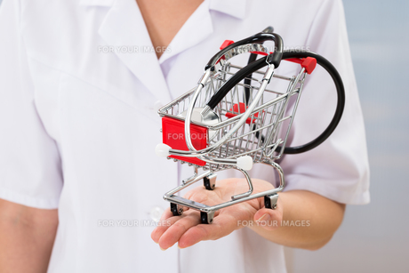 Doctor With Small Shopping Cart And Stethoscopeの写真素材 [FYI00634242]
