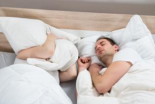 Couple Sleeping In Bed Roomの写真素材 [FYI00634296]