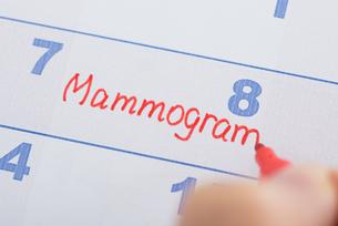 Hand With Mammogram Written On Calendarの写真素材 [FYI00634335]
