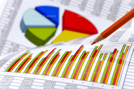 finance and costing with chart and table of figuresの写真素材 [FYI00634348]