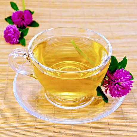 Herbal tea with clover on bamboo napkinの写真素材 [FYI00634367]