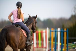 Young woman show jumping with horseの写真素材 [FYI00634553]