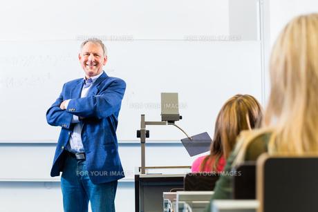 Uni Professor h?lt vorlesung in Uniの素材 [FYI00634677]