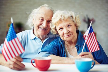 Seniors with flagsの写真素材 [FYI00635011]
