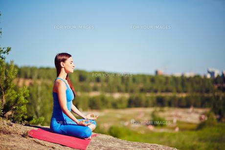Outdoor yogaの素材 [FYI00635030]