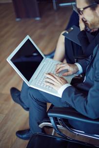 Typing at seminarの写真素材 [FYI00635077]