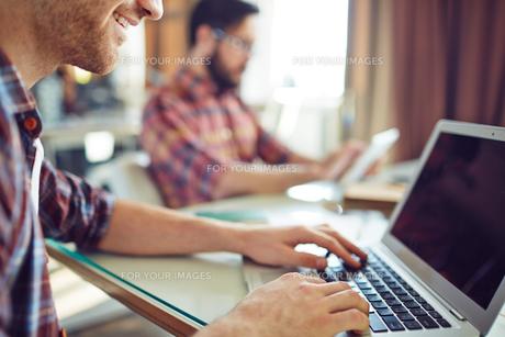 Businessman typingの写真素材 [FYI00635320]