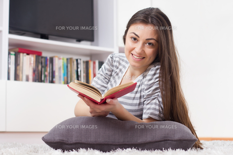 Happy Woman Relax and Reading Bookの写真素材 [FYI00635495]