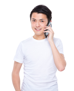 Man talk to cellphoneの写真素材 [FYI00635598]