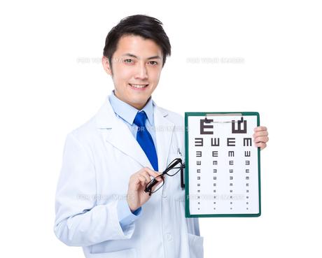 Optician with eye chart and glassesの素材 [FYI00635630]