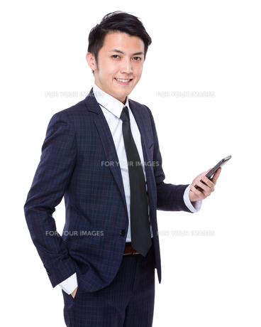 Businessman read on mobile phoneの写真素材 [FYI00635637]