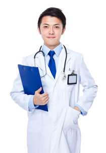 Young asian doctor with clipboardの写真素材 [FYI00635666]
