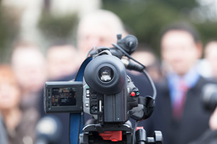 Covering an event with a video cameraの写真素材 [FYI00635761]