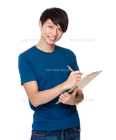 Man write on clipboardの写真素材 [FYI00635846]